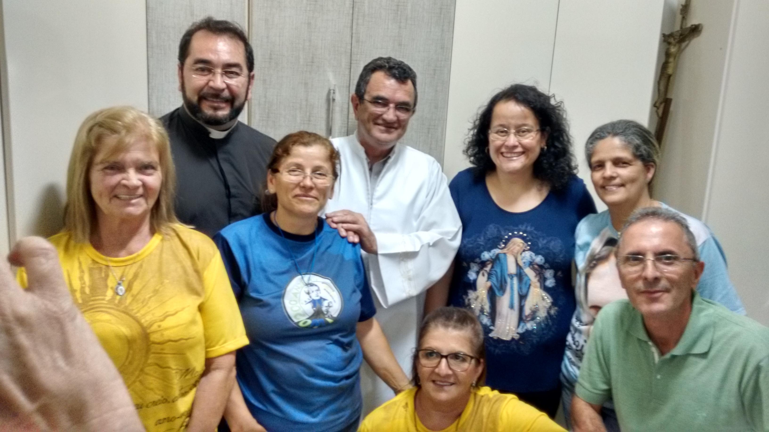 Ministros da Eucaristia da Paróquia Nossa Senhora das Graças em Pindamonhangaba com o Pe. Ferdinando Mancilio, C.Ss.R.