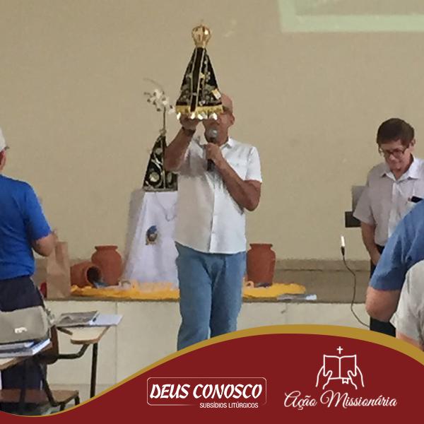 Padre Mauro Vilela segurando a imagem de Nossa Senhora Aparecida