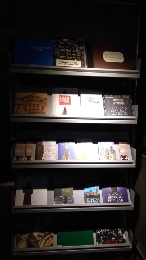 Livros da Editora Santuário na exposição 300 anos de devoção popular no museu de arte sacra de São Paulo